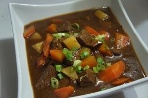 Ensopado de carne com cenouras e batatas